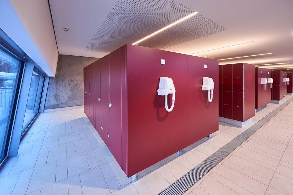 TWS, Umkleide, Schwimmbad, Erlebnisbad, Modern, Fenster, Rot, Fließen, Trennwand Schäfer, WC, Toiletten, Articus & Röttgen Fotografie