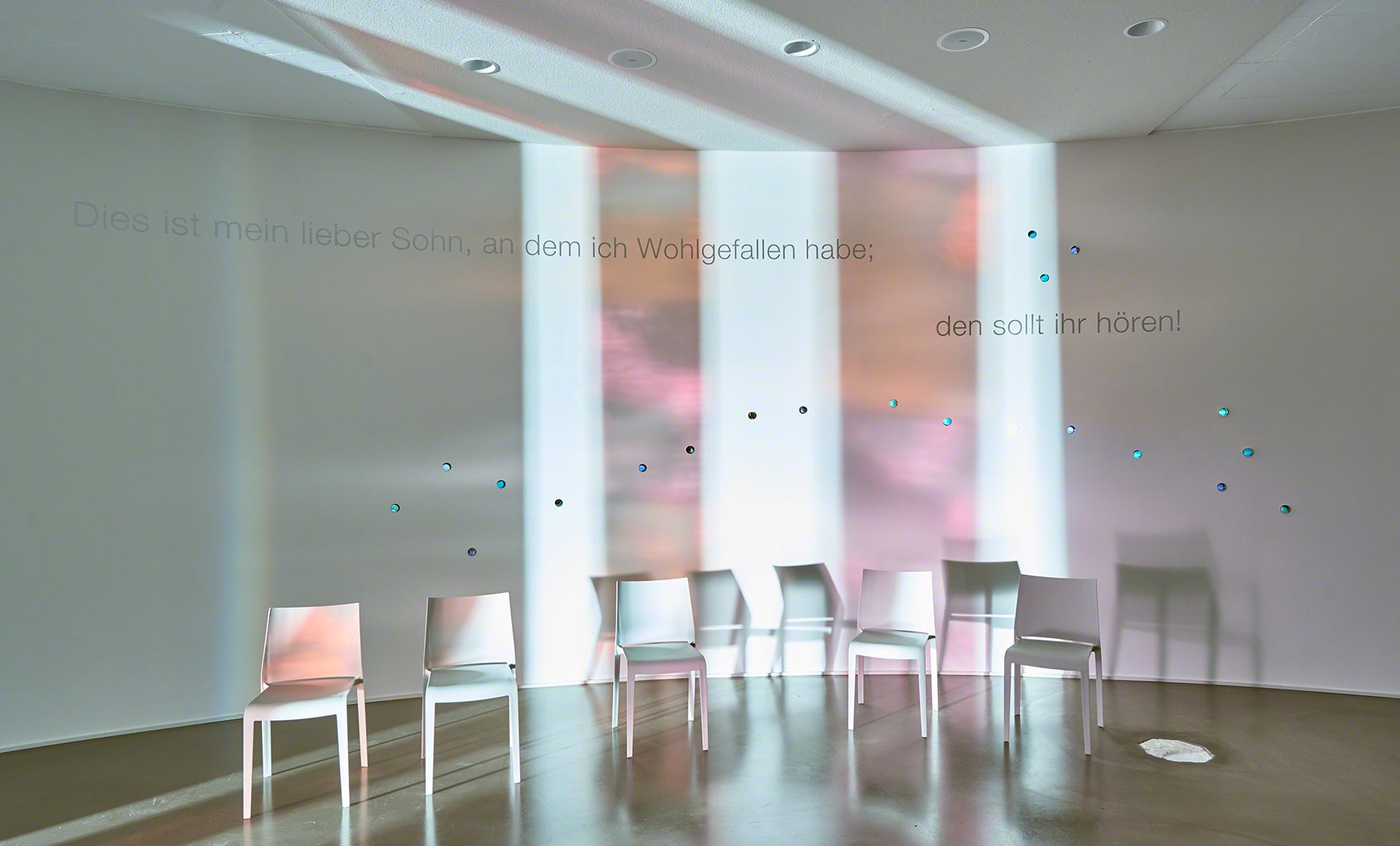 Landau, Stühle, Kunst, Licht, Design, Lichtdesign, Fotografie, Architekturfotografie, AR, Articus & Röttgen Fotografie, Kapelle, Altar, Kirche, Michèle Jonata, Lena Trost, Bildungszentrum